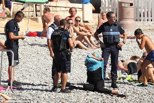 Francijas policisti, bruņojušies ar piparu gāzi un stekiem, devās uz pilsētas pludmalēm, lai šādu tērpu valkātājām tos lūgtu nekavējoties novilkt un izrakstītu soda kvīti.