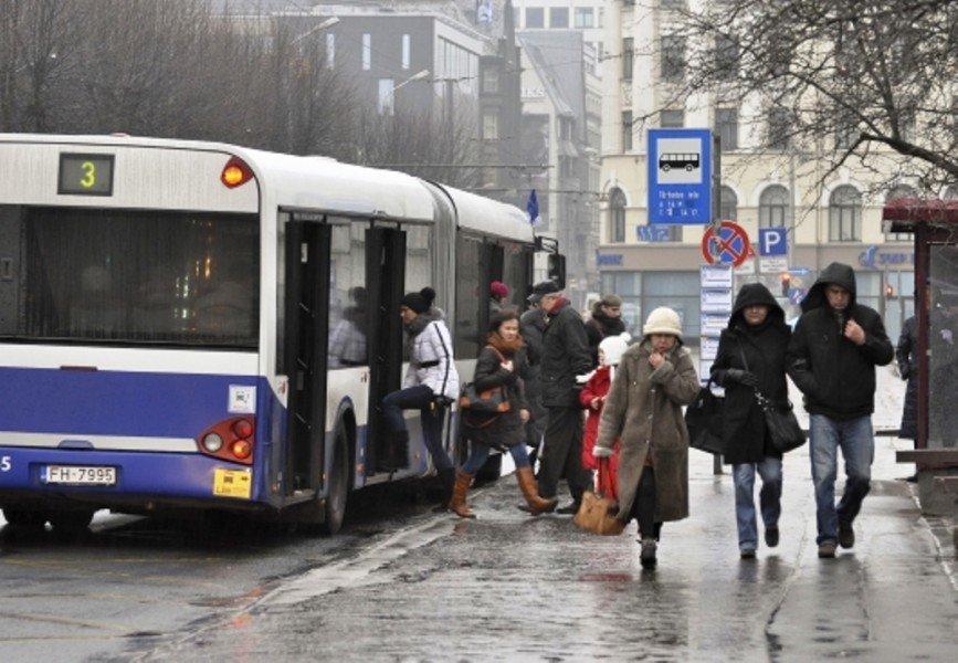 Rosina aizliegt pensionāriem sabiedrisko transportu